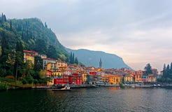 Paysage d'été de Varenna, un beau village de bord de lac par le lac Como, avec une tour d'église photos stock