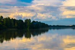 Paysage d'été sur le lac Biserovo, région de Moscou, Russie Images stock