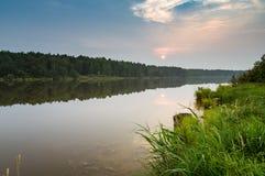 Paysage d'été sur une rivière brumeuse au coucher du soleil, Russie, Ural Photos stock