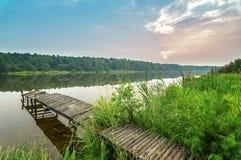 Paysage d'été sur une rivière brumeuse au coucher du soleil, Russie, Ural Photo stock