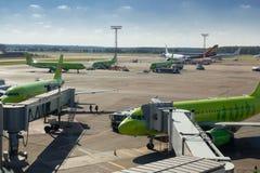 Paysage d'aéroport de Domodedovo au temps de jour ensoleillé Photographie stock libre de droits