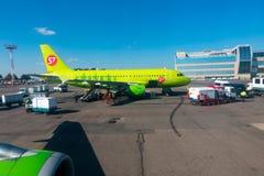 Paysage d'aéroport de Domodedovo au temps de jour ensoleillé Image stock