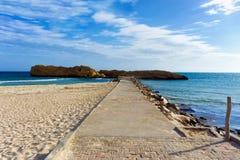 Paysage d'Al Qurayyah Beach avec la mer de Mediterrenean dans Monastir, Tunisie images libres de droits