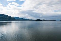 Paysage d'Alaska de l'eau et des montagnes Image libre de droits