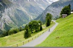 Paysage d'Alpes avec le village de Murren en Suisse Photographie stock libre de droits