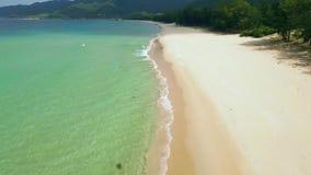 Paysage d'antenne de mer bleue et de plage sablonneuse Bourdon volant au-dessus de la belle eau de turquoise sur la plage de mer  clips vidéos