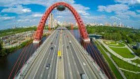 Paysage d'antenne de pont suspendu de Zhivopisny Photo stock