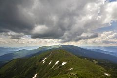 Paysage d'ar?te de montagne sous le ciel nuageux dramatique, l'?t? ou la vue panoramique large de ressort photos stock