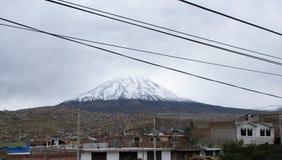 Paysage d'Arequipa avec la crête couverte de neige du volcan de Misti photos libres de droits