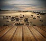 Paysage d'aube de lever de soleil sur la plage sablonneuse rocheuse avec le ciel vibrant et image stock