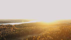 Paysage d'automne au coucher du soleil ou à l'aube Silhouette d'homme se recroquevillant d'affaires clips vidéos