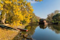 Paysage d'automne au moulin à eau images stock