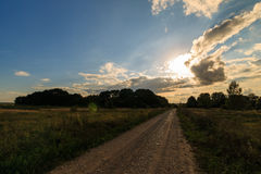 Paysage d'automne avec l'herbe verte sur un pré et cloudly un ciel Photographie stock libre de droits