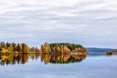 Paysage d'automne avec la forêt, le lac et la réflexion colorés Photo libre de droits