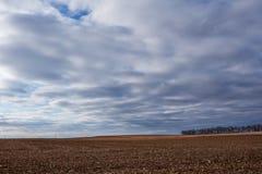 Paysage d'automne avec le champ nouvellement moissonné photos libres de droits