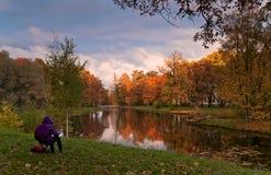Paysage d'automne avec le peintre Images stock