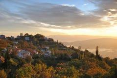 Paysage d'automne avec le village haut au-dessus d'une baie Image stock