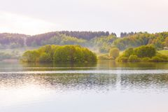 Paysage d'automne dans la campagne Arbres verts et jaunes photos libres de droits