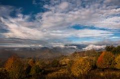 Paysage d'automne dans les rayons du Soleil Levant Photographie stock