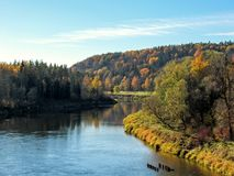 Paysage d'automne de Gauja River Valley et forêt colorée se reflétant dans l'eau de miroir photographie stock
