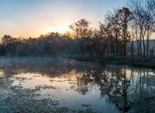 Paysage d'automne de matin brumeux tôt dans l'est lointain de la Russie photo stock