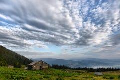 Paysage d'automne de montagnes carpathiennes avec le ciel bleu et les nuages Photo stock