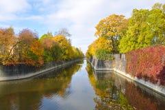 Paysage d'automne de St Petersburg - parc d'automne par temps ensoleillé Paysage de ville d'automne de St Petersburg Photos stock