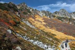 Paysage d'automne des crêtes de montagne rocailleuses et d'un sentier de randonnée par le flanc de montagne dans Senjojiki Cirque Photo stock