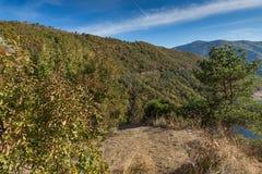 Paysage d'automne du réservoir de Vacha Antonivanovtsy, montagne de Rhodopes Photo stock