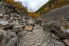 Paysage d'automne en beau canyon avec des pierres sur le premier plan Photo stock
