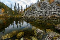 Paysage d'automne en beau canyon avec l'étang sur le premier plan, La Photos stock