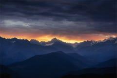 Paysage d'automne et crêtes de montagne couronnées de neige Photographie stock libre de droits