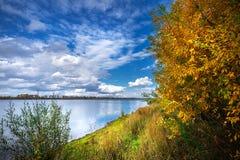 Paysage d'automne sur la rivière Enregistrement de la Sibérie occidentale, Novosibirsk photos libres de droits