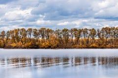 Paysage d'automne sur la rivière Enregistrement de la Sibérie occidentale, Novosibirsk photos stock