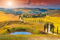 Paysage d'Autumn Tuscany avec la route et le cyprès incurvés, Italie, l'Europe image stock