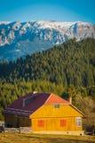 Paysage d'hiver avec des montagnes en Transylvanie photographie stock libre de droits