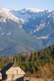 Paysage d'hiver avec des montagnes en Transylvanie images stock