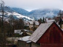 Paysage d'hiver avec des montagnes et des maisons image libre de droits