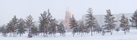 Paysage d'hiver avec l'église de ville Image stock
