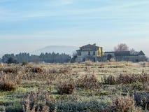 Paysage d'hiver avec l'herbe congelée de gelée et la vieille maison typique en Provence, France du sud photographie stock libre de droits