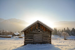 Paysage d'hiver avec la grange en bois, Alpes de Pitztal - Tyrol Autriche Image libre de droits
