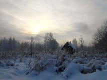Paysage d'hiver avec la petite maison dans le domaine neigeux photos libres de droits