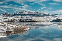 Paysage d'hiver avec le réservoir de montagne de Wolford Images stock