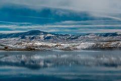 Paysage d'hiver avec le réservoir de montagne de Wolford Image stock