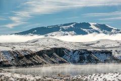 Paysage d'hiver avec le réservoir de montagne de Wolford Photographie stock libre de droits