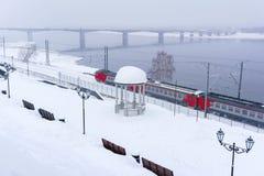 Paysage d'hiver avec le train à unités multiples image stock