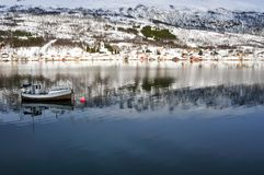 Paysage d'hiver avec les montagnes, l'eau et le ciel Photo stock
