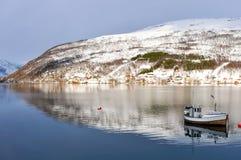 Paysage d'hiver avec les montagnes, l'eau et le ciel Photos libres de droits