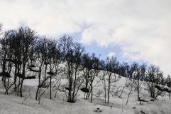 Paysage d'hiver avec les montagnes, la neige et le ciel Photographie stock libre de droits