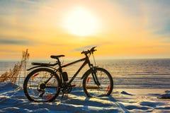Paysage d'hiver avec une bicyclette Le fleuve Ob, Sibérie occidentale, R Photos stock
